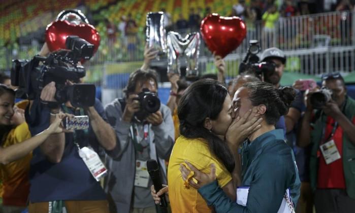 Jogadora de rúgbi é pedida em casamento pela namorada na Rio 2016 (Crédito: Reprodução)