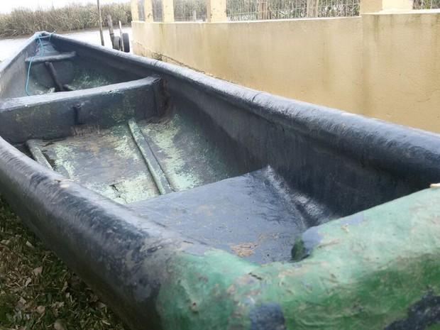 Barco de fibra que teria sido usado pelas crianças em Imbé (Crédito: RBS TV)