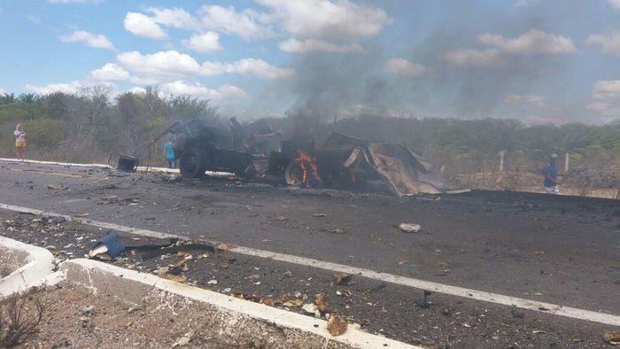 Restos do carro forte que foi explodido (Crédito: Polícia Civil)