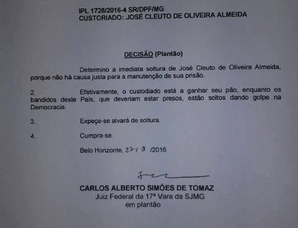 Alvará de soltura do juiz veio com um protesto contra o impeachment da ex-presidente Dilma Rousseff (Crédito: Reprodução)