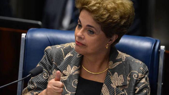 """A ex-presidente Dilma Rousseff apresentou nesta quinta-feira (1º) uma ação no Supremo Tribunal Federal (STF) para anular a condenação no impeachment e determinar que o Senadorealize uma nova votação no processo.  O impeachment de Dilma foi aprovado pelo plenário do Senado por 61 votos a 20. Ela foi condenada sob a acusação de ter cometido crimes de responsabilidade fiscal – as chamadas """"pedaladas fiscais"""" no Plano Safra e os decretos que geraram gastos sem autorização do Congresso Nacional Protocolado às 9h14 desta quinta, o mandado de segurança foi distribuído por sorteio para o ministro Teori Zavascki, que será o relator do caso. O pedido inclui um pedido de decisão liminar (provisória) para suspeder os efeitos da decisão desta terça, de modo que o presidente Michel Temer volte a ser interino até uma decisão final do plenário do STF sobre a ação.Além de um novo julgamento no impeachment, a defesa de Dilma pede que o STF anule dois artigos da Lei 1.079, de 1950, usados pela acusação para imputar crimes de responsabilidade a Dilma. A estratégia vinha sendo estudada antes da decisão do Senado, como adiantou o G1 na última sexta (30). A ideia é que a Corte declare como contrários à Constituição de 1988 o item 4 do artigo 10 da lei e o artigo 11. Se esses dispositivos fossem eliminados na legislação, faltaria base para enquadrar os atos imputados a Dilma como crimes, o que poderia a absolver. O primeiro artigo define como crime de responsabilidade """"infringir, patentemente, e de qualquer modo, dispositivo da lei orçamentária"""" e foi usado para enquadrar os decretos que abriram créditos suplementares supostamente incompatíveis com a meta fiscal, o que só seria possível com aval do Congresso. O outro é o artigo 11, que define crimes de responsabilidade """"contra a guarda e legal emprego dos dinheiros públicos"""", como por exemplo, """"contrair empréstimo, emitir moeda corrente ou apólices, ou efetuar operação de crédito sem autorização legal"""".A ação argumenta que Dilma tem o """"dir"""