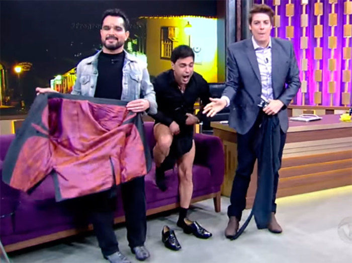 Zezé di Camargo tira calça em programa  (Crédito: Reprodução)