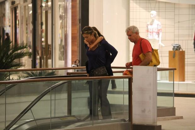 Grazi Massafera com a filha, Sofia, e o pai, Gilmar, em shopping no Rio (Crédito: AgNews)