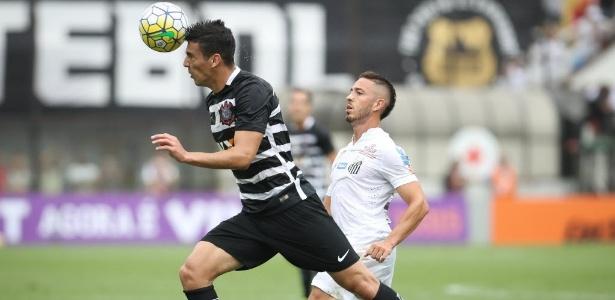 Jogadores disputam a bola no clássico  (Crédito: Folha Press)