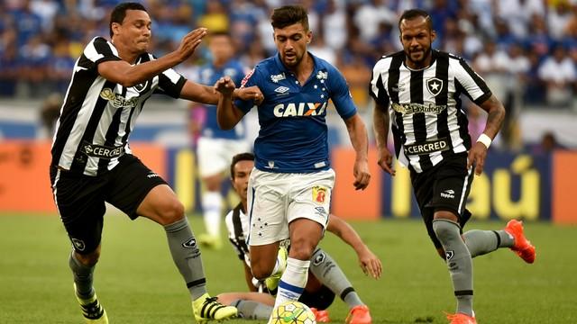 Jogadores de Botafogo e Cruzeiro disputam a bola no Mineirão (Crédito: Estadão Conteúdo)
