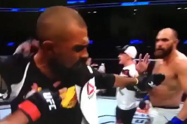 Werdum e Travis Browne no UFC (Crédito: Reprodução)