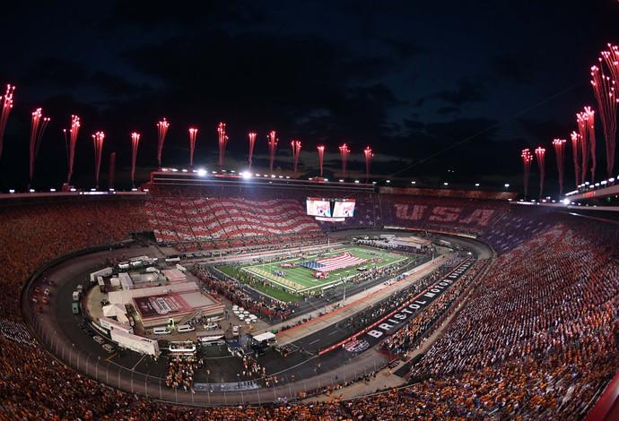 Jogo de futebol americano com a presença de 150 mil pessoas em campo montado em autódromo (Crédito: Reuters)