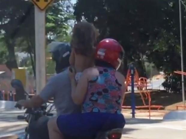Menina em pé entre o piloto e a mulher (Crédito: Reprodução)