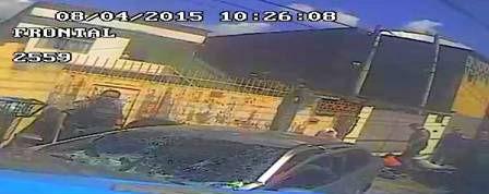 Policiais são flagrados roubando traficantes no Rio de Janeiro (Crédito: Reprodução)