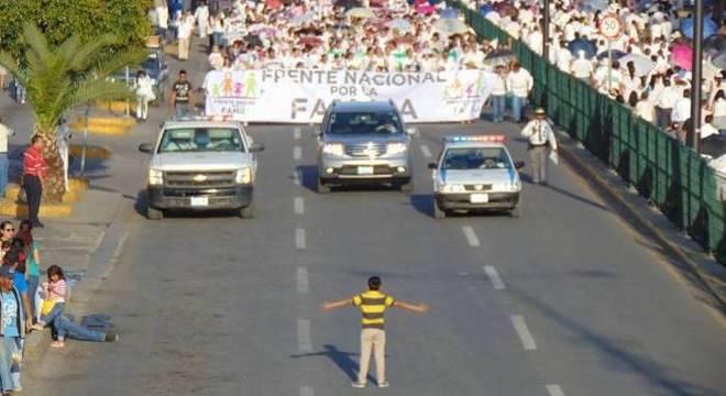 Criança tenta parar marcha contra casamento gay no México (Crédito: Manuel Rodríguez)