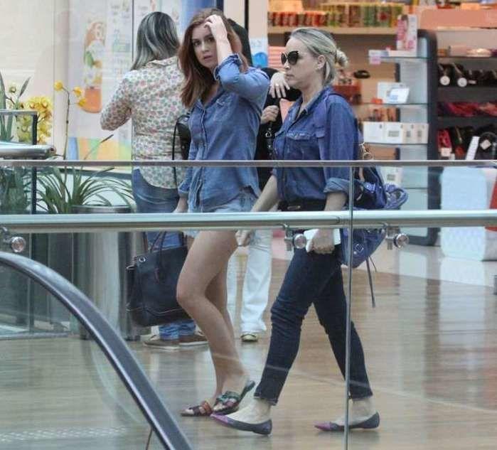Marina Ruy Barbosa circula em shopping com sua mãe  (Crédito: Agnews)