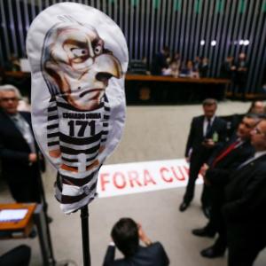 Deputados levaram um boneco simbolizando a figura de Cunha com roupa de presidiário (Crédito: Folhapress)