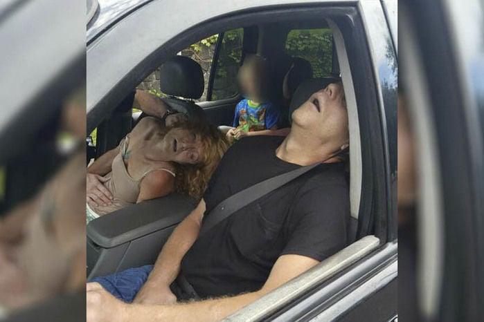 Pais têm overdose em carro com o filho de 4 anos no banco de trás (Crédito: Reprodução)
