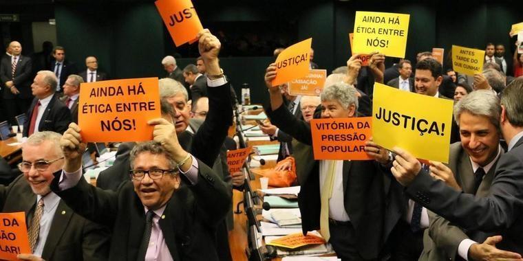 Com resultado, Cunha perdeu apoio de mais de 200 deputados