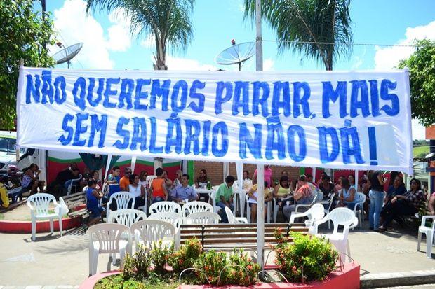 """Servidores da educação protestam """"mais"""" derrapam no português (Crédito: Reprodução)"""