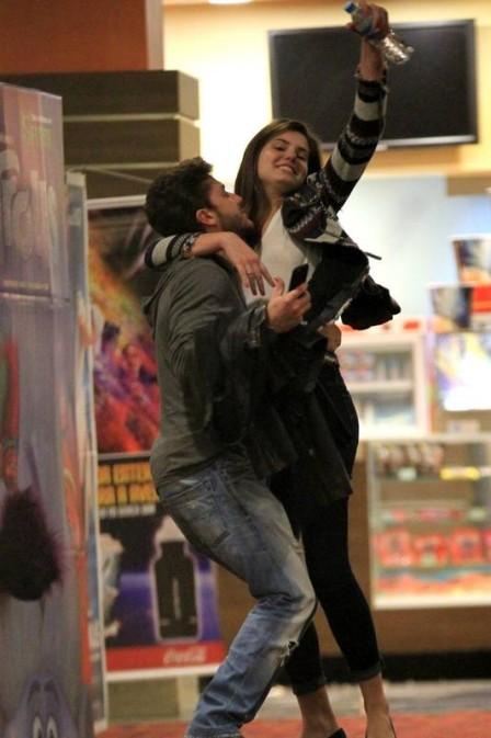 Camila Queiroz e Klebber Toledo (Crédito: Extra)