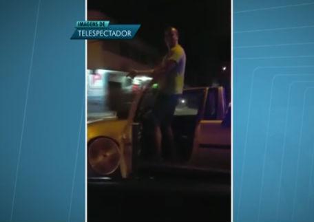 Motorista chama atenção por dirigir em pé fora do veículo  (Crédito: Reprodução)