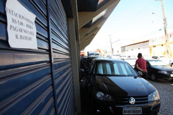 Veículos estacionados em calçadas em Teresina (Crédito: Efrém Ribeiro)