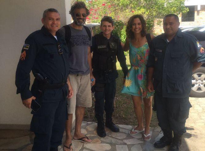 Domingos Montagner e Camilaa Pitanga posaram com policiais antes da fatalidade (Crédito: Divulgação)