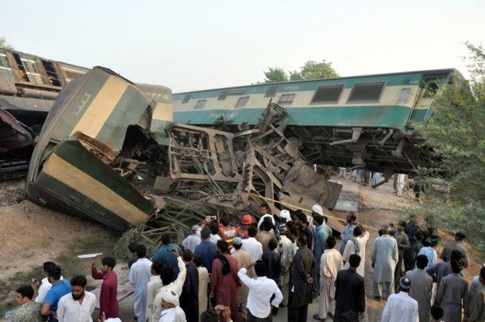 Trens colidiram deixando 6 mortos e 150 feridos