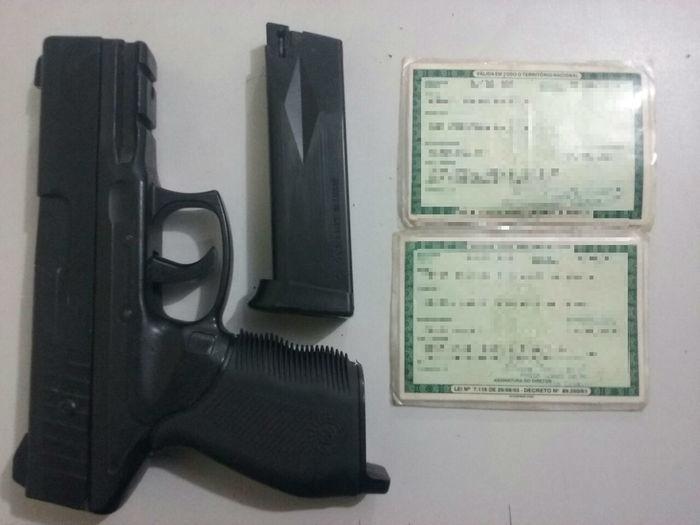 Menor é apreendido e jovem é preso com simulacro de arma de fogo (Crédito: Plantão Policial PI)