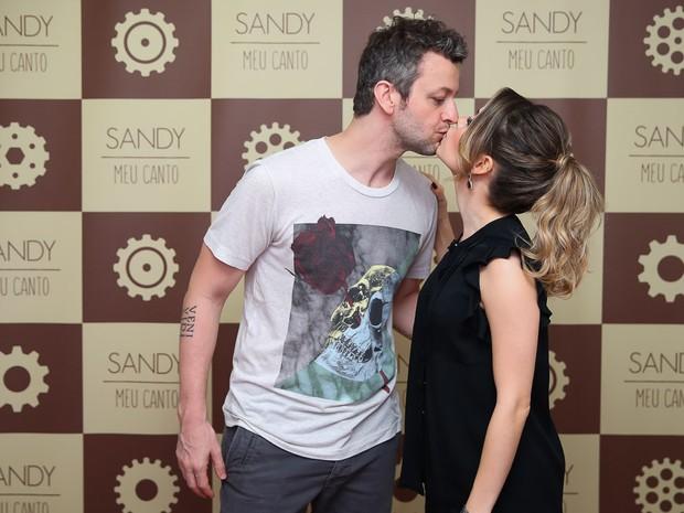 Sandy ganha beijo carinhoso de Lucas Lima em bastidores de show (Crédito: Reprodução)