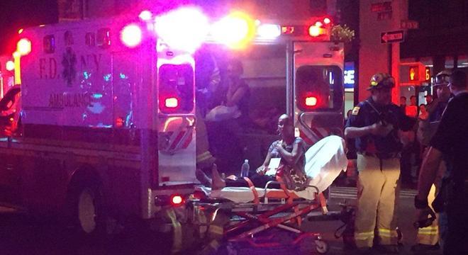 Três pessoas foram vistas sendo levadas em ambulância (Crédito: New York Daily News)