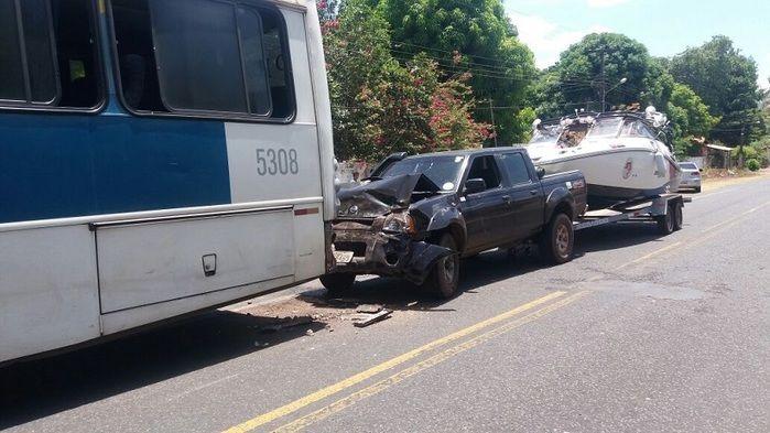 Carro fica parcialmente destruído após acidente na PI-113 (Crédito: Reprodução)