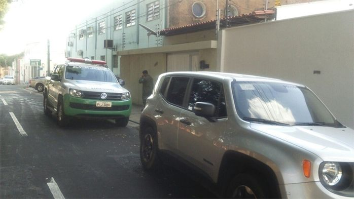 Polícia prende jovens suspeito de roubar carro ao lado do BPM (Crédito: Reprodução)