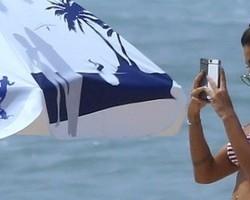 Aline Riscado exibe corpão em dia de praia com Felipe Roque