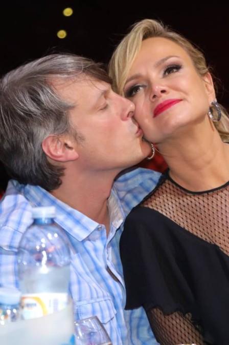 Eliana ganha beijos de seu namorado  (Crédito: Fred Pontes/ Divulgação)