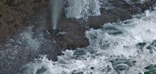 Mergulhadores se arriscam em nadar na piscina da morte