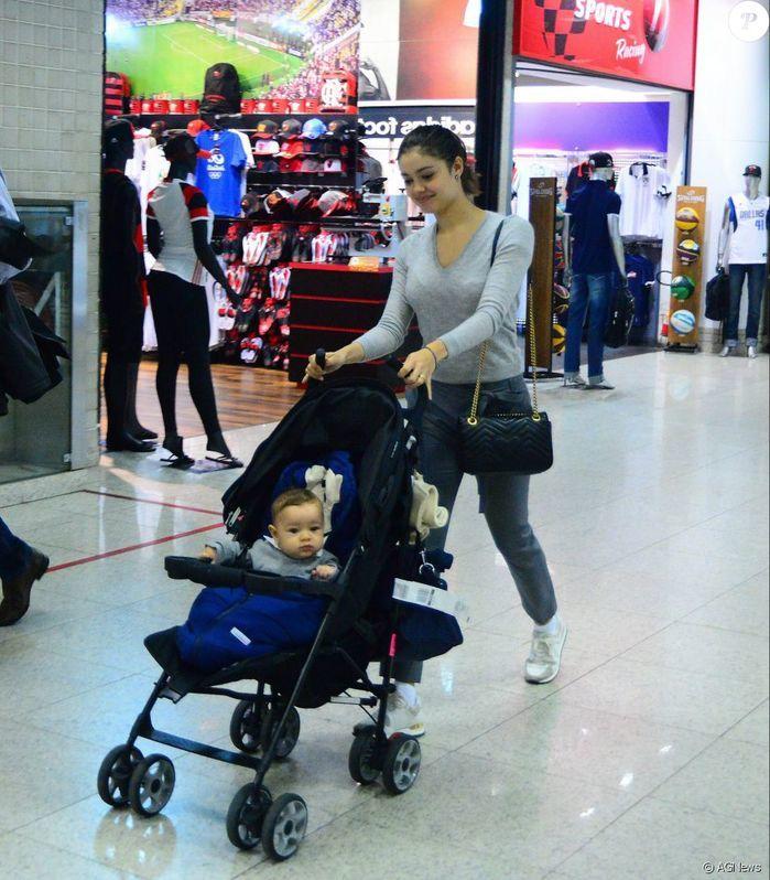 Filho de Sophie Charlotte esbanja simpatia ao embarcar em aeroporto (Crédito: Reproduçãq)