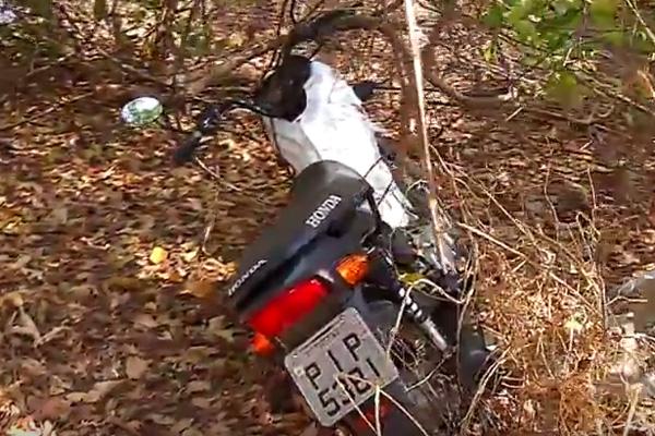 Moto encontrada no matagal (Crédito: Reprodução MN)