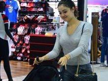 Filho de Sophie Charlotte esbanja simpatia ao embarcar em aeroporto