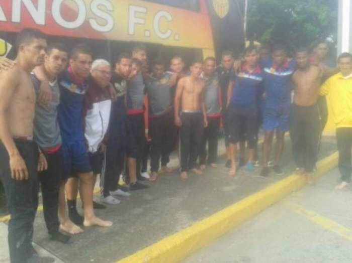 Jogadores do Trujillanos chegaram a perder roupas e calçados  (Crédito: AFP)