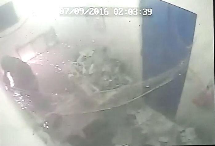 Bandido usa maçarico para arrombar o cofre (Crédito: Reprodução)