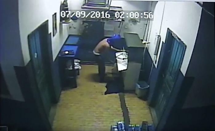 Bandido bebeu água durante o assalto (Crédito: Reprodução)