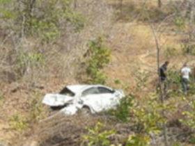 Motorista perde controle, carro capota e 4 pessoas ficam feridas