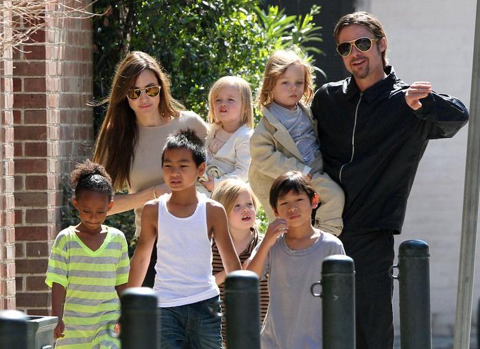 Angelina Jolie, Brad Pitt e os seis filhos  (Crédito: AFP)