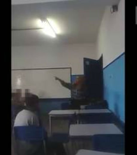 Professora chama aluno negro de macaco