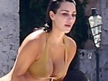 Kim Kardashian usa fio-dental, e bumbum astronômico chama atenção