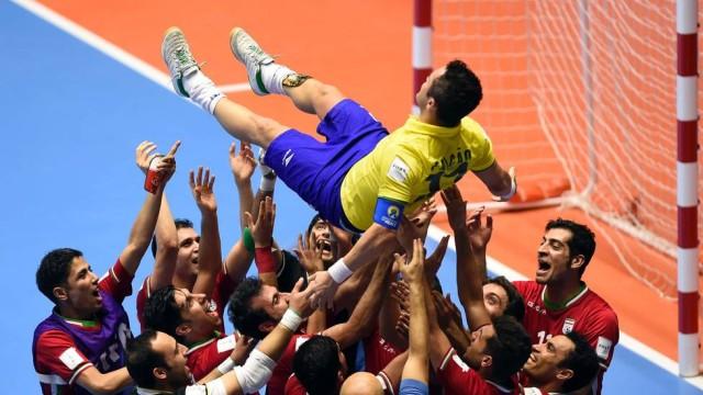 Falcão sendo levantado por jogadores (Crédito: Reprodução)