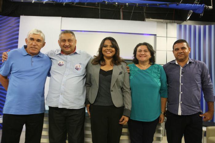 Candidados ao lado da jornalista Maia Veloso (Crédito: Efrém Ribeiro)
