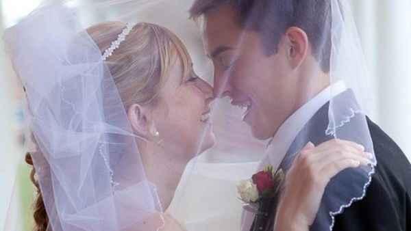 Casal que inspirou o livro na cerimônia de casamento (Crédito: Reprodução)