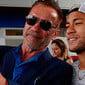 Ator Arnold Schwarzenegger faz selfie com Neymar após treino