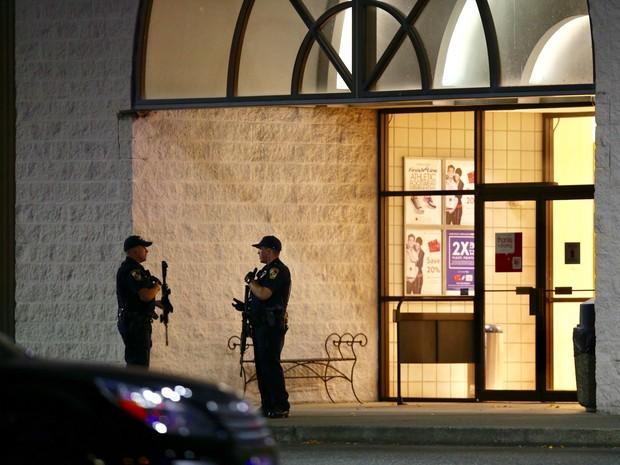 Policiais do lado de fora do shopping Cascade Mall, em Burlington (Crédito: AP)