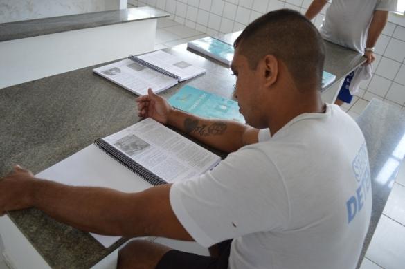 Detentos da Casa de Custódia recebem apostilas de preparação para o Enem (Crédito: Reprodução)