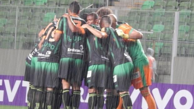 Jogadores do América-MG comemoram vitória sobre o Botafogo, em Belo Horizonte (Crédito: Getty)