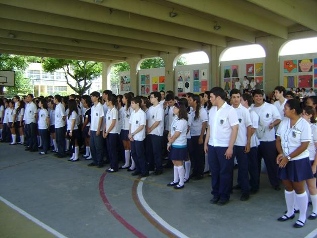 Escola acaba com a distinção por gênero em seu uniforme (Crédito: Reprodução)